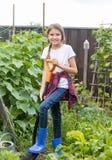 Усмехаясь девочка-подросток работая в земле сада и diggin Стоковая Фотография