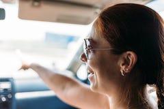 Усмехаясь девушка в автомобиле на тонизированном празднике, стоковые изображения rf