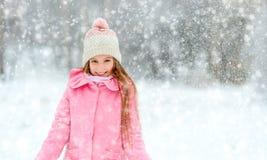 Усмехаясь девушка в водовороте снежинок Стоковое Изображение RF