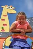 Усмехаясь девушка в парке потехи Стоковое фото RF