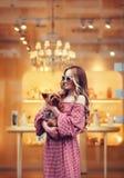 Усмехаясь девушка держа малую собаку Стоковое Изображение RF