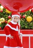 Усмехаясь девушка маленького ребенка в костюме Санта с предпосылкой рождества праздники рождества счастливые веселые стоковые изображения rf