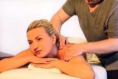 Усмехаясь девушка наслаждается на таблице массажа Стоковая Фотография RF