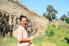 Усмехаясь девушка на камне девушек замка Стоковые Изображения