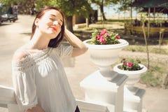 Усмехаясь девушка на прогулке Стоковое Фото