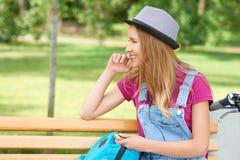 Усмехаясь девушка на стенде ` s парка Стоковая Фотография