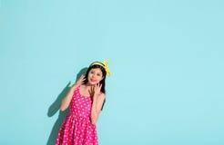 Усмехаясь девушка нося с желтым держателем бабочки Стоковое Фото