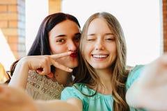 Усмехаясь девушки делают selfie Стоковые Фотографии RF