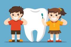 Усмехаясь дети стоя рядом с большим белым зубом бесплатная иллюстрация