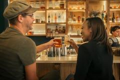 2 усмехаясь друз сидя в баре веселя с пить Стоковое Изображение RF