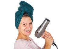 Усмехаясь дуновение женщины суша ее волосы Стоковая Фотография RF