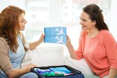 2 усмехаясь девочка-подростка с билетами на самолет Стоковые Фотографии RF
