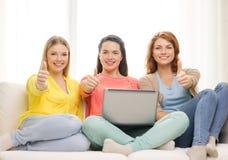 3 усмехаясь девочка-подростка с компьтер-книжкой дома Стоковые Изображения RF