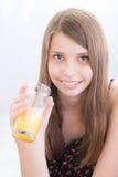 Усмехаясь девочка-подростки выпивая апельсиновый сок Стоковые Фото