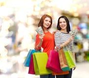 Усмехаясь девочка-подростки с хозяйственными сумками и деньгами Стоковые Фото