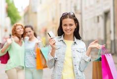 Усмехаясь девочка-подростки с хозяйственными сумками на улице Стоковые Фото