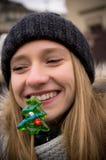 Усмехаясь девочка-подросток с леденцом на палочке Стоковое Изображение