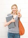 Усмехаясь девочка-подросток с компьтер-книжкой Стоковое Фото