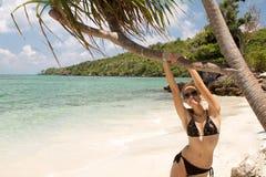Усмехаясь девушка в бикини на тропическом пляже, Karimunjawa Стоковое Изображение RF