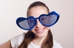 Усмехаясь девушка в больших смешных стеклах Стоковая Фотография