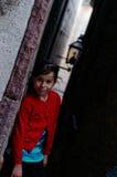 Усмехаясь девушка в переулке стоковое фото rf