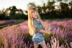 Усмехаясь девушка в поле лаванды Стоковые Фотографии RF