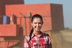 Усмехаясь девушка в поле Стоковое Изображение RF