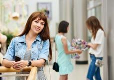 Усмехаясь девушка в торговом центре Стоковые Фото