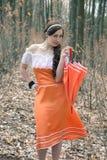Усмехаясь девушка держа декоративный зонтик Стоковая Фотография RF