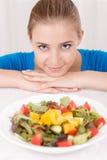 Усмехаясь девушка есть салат Стоковые Изображения RF