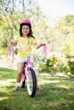 Усмехаясь девушка ехать велосипед Стоковое Изображение RF