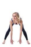 Усмехаясь девушка делая разминку фитнеса на камере Стоковое Изображение RF