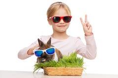 Усмехаясь девушка и зайчик в солнечных очках стоковые изображения rf