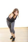 Усмехаясь девушка или женщина красивой sporty пригонки атлетическая указывая ребро стоковое изображение rf