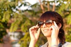 усмехаясь девушка наслаждаясь природой Стоковое Изображение