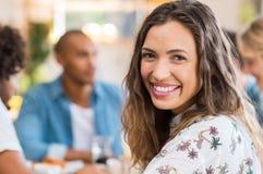 Усмехаясь девушка на столовой Стоковое Изображение RF