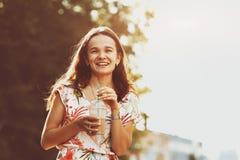 Усмехаясь девушка на улице утра стоковое изображение