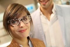 Усмехаясь девушка нося смешные eyeglasses стоковая фотография rf