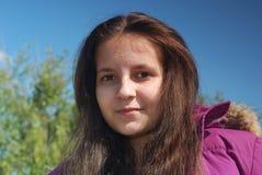 Усмехаясь девушка подростка в куртке Стоковое фото RF