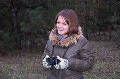 Усмехаясь девушка подростка с камерой Стоковое Фото