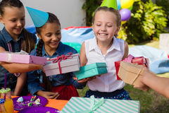Усмехаясь девушка получая подарки от друзей Стоковое Фото
