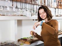 Усмехаясь девушка пробуя покрашенные браслеты стоковое изображение rf