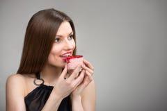 Усмехаясь девушка пробуя торт Стоковые Фотографии RF
