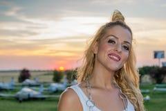 Усмехаясь девушка, самолеты и заход солнца Стоковая Фотография RF
