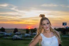 Усмехаясь девушка, самолеты и заход солнца Стоковое Фото