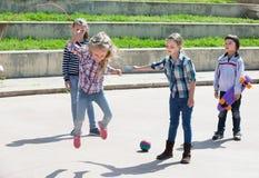 Усмехаясь девушка скача пока игра веревочки скачки Стоковые Фотографии RF