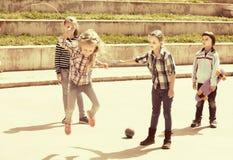 Усмехаясь девушка скача пока игра веревочки скачки Стоковые Изображения