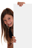Усмехаясь девушка смотря за пустым знаменем с copyspace Стоковые Фото