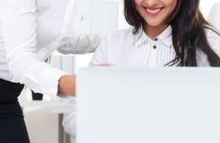 Усмехаясь девушка смотря экран компьтер-книжки Стоковые Изображения RF