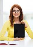 Усмехаясь девушка студента в eyelgasses с ПК таблетки Стоковые Изображения